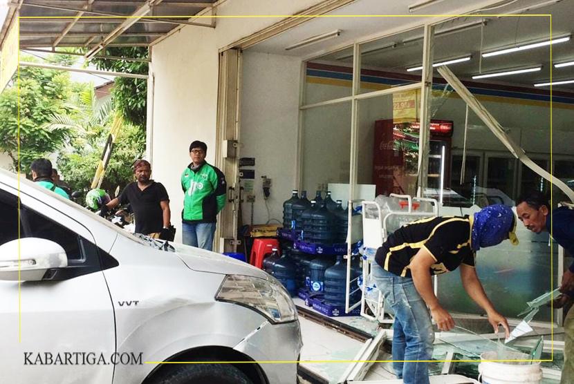 Salah Injak Pedal, Mobil Nyelonong Masuk Indomart